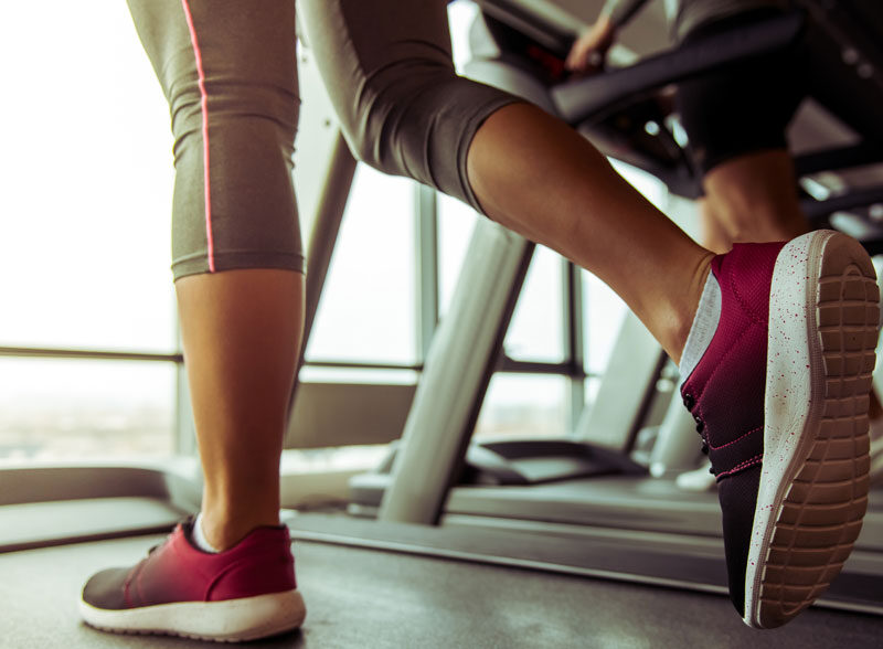 photo-legs-of-woman-running-on-a-treadmill-in-gym-close-up